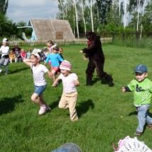 Детская игра — «У медведя во бору»